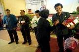 Kepala BNN Kota Kediri AKBP Lilik Dewi Indarwati menyerahkan kurikulum pendidikan P4GN (pncegahan, pemberantasan, penyalahgunaan dan peredaran gelap narkotika) terintegrasi pada pejabat di Kota Kediri serta BNN Provinsi Jatim di sebuah hotel di Kota Kediri, Jawa Timur, Selasa (8/3). Kurikulum ini baru pertama kali ada di Indonesia, sebagai bahan pembelajaran narkotika serta penyalahgunaannya. Antara Jatim/Foto/Asmaul Chusna/16