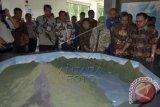 Menteri Energi dan Sumber Daya Mineral (ESDM) Sudirman Said (kanan) meninjau miniatur gunung berapi saat peresmian Museum Geopark di Kabupaten Bangli, Bali, Jumat (1/4). Peresmian museum yang mulai dibangun sejak tahun 2012 tersebut sebagai pusat informasi dan pembelajaran tentang Geologi Batur dan Nasional. ANTARA FOTO/Wira Suryantala/wdy/16.