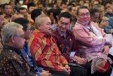Gubernur Jambi Zumi Zola (keempat kiri), Gubernur Sumsel Alex Noerdin (ketiga kiri), Gubernur Bengkulu Ridwan Mukti (kanan), Gubernur Sumbar Irwan Prayitno (kedua kiri) dan Gubernur Aceh Zaini Abdullah (kiri) menghadiri Rapat Kerja Pemerintah Tahun 2016 di Istana Negara, Jakarta, Jumat (8/4). Rapat Kerja Pemerintah tersebut dihadiri gubernur, wakil gubernur, bupati atau wali kota dan wakil bupati atau wakil wali kota seluruh Indonesia. ANTARA FOTO/Widodo S. Jusuf/foc/16.