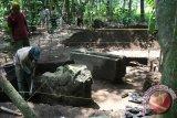 Pekerja menggali tanah di sekitar arca makara di area situs 'kuburan candi' Desa Adan-Adan, Kabupaten Kediri, Jawa Timur, Senin (11/4). Tim dari Pusat Arkeologi Nasional  (Puslit Arkenas) melakukan ekskavasi terhadap situs yang diperkirakan sebagai kompleks candi pada masa peralihan peradaban Jawa Tengah (Mataram Kuno) ke Jawa Timur tersebut guna dilakukan penelitian lanjutan yang dilakukan oleh R. Soekmono dari Puslit Arkenas pada tahun 1957. Antara Jatim/Prasetia Fauzani/zk/16