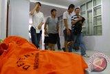 Sejumlah Warga Negara Asing (WNA) asal Tiongkok berjalan usai gelar kasus di di Kantor Imigrasi Kelas I Pontianak, Kalbar, Kamis (21/4). Imigrasi Kelas I Pontianak bersama Kodim 1207/BS menangkap tujuh pria dan satu wanita WNA asal Tiongkok, karena diduga mereka bekerja di pabrik pengolahan kayu (plywood) di Kecamatan Sungai Raya, Kabupaten Kubu Raya tanpa dilengkapi dokumen sah untuk bekerja di Indonesia. ANTARA FOTO/Sheravim/jhw/16
