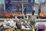 Kepala Kanwil Kantor Direktorat Jendera Bea dan Cukai Aceh, Rusman Hadi (ketiga kanan) bersama muspida Aceh memusnahkan sejumlah barang ilegal hasil sitaan di Banda Aceh, Selasa (3/5). Barang impor selundupan sitaan negara yang dimusnahkan itu terdiri dari 10,5 ton bawang merah, 15,8 ton gula pasir, 4,1 ton beras ketan, 31 kardus pakaian bekas, 126.000 batang rokok, 12 colly spare parts, 1 kotak komestik dan 2 pcs sex toys. ANTARA FOTO/Ampelsa/ama/16