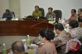 Presiden Joko Widodo (kedua kiri) didampingi Wapres Jusuf Kalla (ketiga kiri) memimpin Rapat Terbatas membahas Dana Alokasi Khusus (DAK) di Kantor Presiden, Jakarta, Rabu (11/5). Presiden menegaskan agar tiap daerah membuat penganggaran yang efektif, tepat sasaran, transparansi anggaran, serta berdasarkan prioritas kebutuhan program. ANTARA FOTO/Yudhi Mahatma/wdy/16.