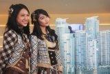 Personel grup idola JKT48 Jessica Veranda (kanan) bersama Shania (kiri) pada sesi foto dengan latar maket pembangunan 88AVENUE usai konferensi pers di Surabaya, Selasa (24/5). Sebanyak 61 personel JKT48 siap menyuguhkan penampilan terbaik mereka pada konser bertajuk 'Wayahe Suroboyo, Rek!' di Surabaya pada 3 Juni 2016. Antarajatim/Fiqih Arfani/zk/16