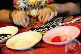 Seorang perempuan Dayak merangkai manik-manik kreasi, di arena Pekan Gawai Dayak ke-31 di Rumah Radakng, Pontianak, Kalbar, Senin (23/5). Lomba menganyam manik-manik yang dapat dikreasikan menjadi dompet, gelang serta pakaian dengan warna dominan kuning dan merah tersebut, merupakan salah satu upaya untuk melestarikan kerajinan unggulan etnik Dayak dari Kalbar. FOTO ANTARA/Jessica Helena Wuysang/16