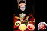 Seorang perempuan Dayak merangkai manik-manik kreasi, saat mengikuti lomba anyam manik di Pekan Gawai Dayak ke-31 di Rumah Radakng, Pontianak, Kalbar, Senin (23/5). Anyaman manik-manik yang dapat dikreasikan menjadi dompet, dasi, gelang serta pakaian dengan warna dominan kuning dan merah tersebut, merupakan salah satu kerajinan unggulan etnik Dayak dari Kalbar. FOTO ANTARA/Jessica Helena Wuysang/16