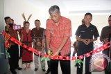 Bupati Sintang, Jarot Winarno menggunting pita sebagai tanda peresmian Gedung DPRD Kabupaten Sintang yang baru (Foto Antara kalbar Tantra Nur Andi)