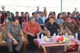Bupati Sintang Jarot Winarno bersama para undangan lainnya saat menghadiri peresmian Gedung DPRD Kabupaten Sintang yang baru. (Foto Antara kalbar Tantra Nur Andi)