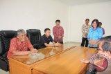 Bupati Sintang Jarot Winarno bersama Ketua DPRD Sintang, Jeffray Edward duduk bersama di ruang Komisi A DPRD Sintang. (Foto Antara kalbar Tantra Nur Andi)