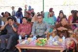 Sekretaris DPRD Kabupaten Sintang, Abdul Syufriadi bersama para undangan lainnya saat menghadiri peresmian Gedung DPRD Sintang. (Foto Antara kalbar Tantra Nur Andi)