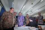 Menteri Riset, Teknologi dan Pendidikan Tinggi (menristekdikti) M Nasir (kiri) didampingi Ketua Panitia SBMPTN 2016 Rochmat Wahab (kedua kiri) serta Rektor Institut Teknoligi Sepuluh Nopember (ITS) Joni Hermana (ketiga kiri) meninjau pelaksanaan ujian keterampilan seni rupa dan desain di ITS Surabaya, Jawa Timur, Rabu (1/6). Ujian keterampilan seni rupa dan desain dari jalur Seleksi Bersama Masuk Perguruan Tinggi Negeri (SBMPTN) tersebut diikuti oleh 778 peserta. Antara Jatim/Moch Asim/zk/16