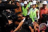 Presiden Joko Widodo memberi keterangan terkait pembangunan jalan tol Trans Sumatera kepada wartawan usai melakukan peninjauan Pembangkit Listrik Tenaga Mesin Gas di Lhokseumawe, Provinsi Aceh, Kamis (2/6). Presiden Jokowi mengintruksikan pemerintah daerah akhir tahun 2016 menyiapkan pembebasan lahan pembangunan Tol Trans Sumatera dari ujung barat ke timur Aceh sepanjang 2.818 km yang sudah dimulai pengerjaannya dari Lampung, Jokowi berharap selama 5 tahun terbangun 1.000 km Tol ditanah air.ANTARA FOTO/Rahmad/pd/16