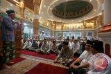 Jamaah mendengarkan tausiah Tim Safari Ramadan pimpinan daerah kota Banda Aceh sebelum melaksanakan salat tarawih di Masjid Agung Al-Makmur, Banda Aceh, Aceh, Kamis (9/6). Tim safari Ramadan yang terdiri atas pimpinan dan pejabat daerah yang berkeliling dari masjid ke masjid selama bulan Ramadan mencoba menampung aspirasi masyarakat untuk mewujudkan pemerintahan yang lebih baik. ANTARA FOTO/Irwansyah Putra/foc/16.