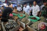 Walikota Jambi Syarif Fasha (tengah) didampingi pejabat terkait berdialog dengan pedagang ikan asin (kiri) saat inspeksi mendadak (sidak) harga kebutuhan pokok di Pasar Tradisional Talang Banjar, Jambi, Rabu (15/6). Sidak tersebut dilakukan untuk mengecek perkembangan harga dan pasokan bahan-bahan kebutuhan pokok di beberapa pasar tradisional di daerah itu sebagai upaya mengantisipasi kenaikan harga selama Ramadan dan menjelang Idul Fitri. ANTARA FOTO/Wahdi Septiawan/pd/16.