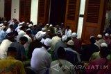 Sejumlah pengunjung Wisata Religi Sunan Ampel mendengarkan tausiyah pengajian kitab kuning yang di selenggarakan takmir masjid untuk mengisi waktu jelang berbuka selama Bulan Ramadhan di Masjid Ampel Surabaya, Sabtu (18/6). Antara Jatim/Abdullah Rifai/zk/16