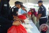Jajaran karyawan PT Timah (Persero) Tbk, menyerahkan paket sembako murah kepada masyarakat kurang mampu di pasar murah