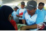 Jajaran PT Timah (Persero) Tbk,  menyerahkan paket sembako murah kepada masyarakat kurang mampu di pasar murah