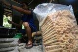 Pekerja menyelesaikan pembuatan makanan khas Kediri Opak Gambir di Desa Bulu, Kabupaten Kediri, Jawa Timur, Sabtu (2/7). Mendekatan lebaran produksi opak gambir di tempat tersebut naik hingga tiga kali lipat atau sebanyak 60 kg per hari. Antara Jatim/Prasetia Fauzani/zk/16