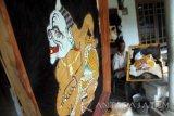 Perajin menyelesaikan pembuatan wayang kulit yang dibanderol dengan harga antara Rp450 ribu hingga Rp2 juta di rumah industri kerajinan wayang kulit Desa Kedunglurah, Trenggalek, Jawa Timur, Senin (4/7). Perajin mengeluhkan kian sulitnya pemasaran produk kerajinan wayang kulit dampak modernisasi budaya masyarakat, persaingan dengan produk animasi kontemporer serta lemahnya proses regenerasi seni-budaya trasidisional. Antara Jatim/Destyan Sujarwoko/zk/16