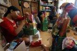 Para perajin menyelesaikan bingkisan atau parcel di Medan, Sumatera Utara, Selasa (21/6). Menurut perajin, menjelang Hari Raya Idul Fitri 1437 H jasa pemaketan bingkisan parcel kebanjiran pesanan dengan harga yang ditawarkan berkisar Rp25 ribu hingga Rp2 juta tergantung ukuran dan isi. ANTARA SUMUT/Septianda Perdana/16