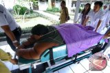 Sejumlah tim dokter membawa Arya Permana (10), anak dengan 'Severe Obesity' atau Kegemukan yang amat sangat untuk dirawat di Rumah Sakit Hasan Sadikin (RSHS), Bandung, Jawa Barat, Senin (11/7). Arya Permana, yang berasal dari Kabupaten Karawang, Jawa Barat tersebut, mendapat perawatan selama beberapa waktu untuk memeriksa kesehatan serta melakukan proses penurunan berat badannya yang mencapai 190 Kg. ANTARA FOTO/Novrian Arbi/foc/16.