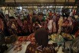 Kepala Dinas Perindustrian dan Perdagangan (Disperindag) Provinsi Jawa Timur M Ardi Prasetyawan (tengah) berbincang dengan seorang pedagang daging sapi saat melakukan inspeksi mendadak di Pasar Tambahrejo, Surabaya, Jawa Timur, Jumat (15/7). Sidak tersebut bertujuan untuk memantau perkembangan harga dan pasokan daging sapi di sejumlah pasar tradisional di Surabaya pasca Lebaran. Antara jatim/Moch Asim/zk/16