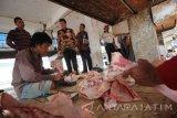 Kepala Dinas Perindustrian dan Perdagangan (Disperindag) Provinsi Jawa Timur M Ardi Prasetyawan (tengah) menyaksikan proses pemotongan daging sapi saat melakukan inspeksi mendadak di Rumah Potong Hewan (RPH) Pegirian, Surabaya, Jawa Timur, Jumat (15/7). Sidak tersebut bertujuan untuk memantau proses pemotongan dan pasokan daging sapi yang akan dijual di sejumlah pasar tradisional pasca Lebaran. Antara Jatim/Moch Asim/zk/16