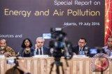 Menteri Energi dan Sumber Daya Mineral (ESDM) Sudirman Said (kedua kanan) didampingi Kepala Pusat Komunikasi Publik Kementerian ESDM Sujatmiko (kanan), Direktur Eksekutif International Energy Agency (IEA) Fatih Birol (ketiga kanan) dan Ketua Dewan Pengarah Penanganan Perubahan Iklim Sarwono Kusumaatmadja (kiri) menyampaikan Laporan Khusus Energi dan Polusi Udara di Jakarta, Selasa (19/7). Laporan khusus tersebut menyoroti skenario IEA dalam menyediakan akses energi yang lebih bersih secara luas dan berkelanjutan melalui teknologi dan kebijakan energi. ANTARA FOTO/M Agung Rajasa/wdy/16.