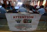 Sejumlah tanda larangan bermain Pokemon Go terpasang disalah satu ruang pelayanan paspor di Kantor Imigrasi Klas II Blitar, Jawa Timur, Senin (25/7). Pemasangan tanda larangan bermain pokemon go tersebut bertujuan agar pegawai maupun pemohon paspor tidak bermain pokemon go dilingkungan kantor imigrasi, karena merupakan obyek vital negara. Antara Jatim/Irfan Anshori/zk/16