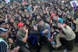 Walikota Bogor Bima Arya (tengah) berswafoto dengan sejumlah anggota Pramuka saat pertemuan terbesar bagi Pramuka Penegak dan Pandega (Raimuna) Kota Bogor 2016 di Lapangan Sumurwangi Lamping, Kelurahan Kayumanis, Tanah Sareal, Kota Bogor, Jawa Barat, Sabtu (30/7). Kegiatan yang diikuti 530 anggota pramuka dari kontingen Kwartir Ranting dari enam Kecamatan se-Kota Bogor ini bertujuan untuk meningkatkan kemampuan, keterampilan serta kebersamaan anggota pramuka. (Foto Arif Firmansyah)