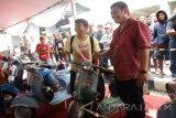 Wali Kota Kediri Abdullah Abu Bakar mengamati kendaraan vespa dalam kegiatan 'Kediri Scooter Festival' oleh Pemkot Kediri bekerjasama dengan Forum Scooter Kediri (Forscook) di area Gedung Olahraga (GOR) Jayabaya Kediri, Jawa Timur, Minggu (7/8). Terdapat sekitar 30 unit kendaraan vespa yang diikutkan dalam kontes tersebut. Festival tersebut juga diikuti para pecinta vespa dari berbagai daerah di Indonesia. Antara Jatim/Foto/Asmaul Chusna/zk/16