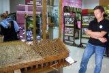 Seorang mahasiswa asal Skotlandia mengamati miniatur gudang pengeringan tembakau di Museum dan Perpustakaan Tembakau di Kabupaten Jember, Jawa Timur, Senin (8/8). Sebanyak sembilan mahasiswa asing dari lima negara yang menjadi peserta 'Universitas Jember International Cultural Camp' berkunjung ke Museum Tembakau Jember. Antarajatim/Zumrotun Solichah/zk/16