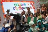 Direktur Pelatihan dan Pengembangan British Council di Indonesia Michael Little (kiri) berswafoto bersama peserta Olimpiade Bahasa Inggris di Surabaya, Jawa Timur, Kamis (11/8). Kompetisi yang diikuti oleh 350 peserta dari 14 Sekolah Dasar tersebut guna memperluas kreativitas, kemampuan berekspresi serta perbendaharaan kata dalam Bahasa Inggris, berlangsung pada 11-14 Agustus mendatang. Antara jatim/Moch Asim/zk/16