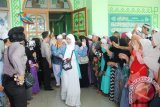 Ribuan warga dari keluarga dan kerabat mengantar keberangkatan 241 Jamaah Calon Haji (JCH) Kabupaten Hulu Sungai Tengah di Masjid Agung Riyadusshalihin Barabai, jumat (12/8) sekitar pukul 15.00 wita. Foto:Antaranews Kalsel/Fatturahman/G.
