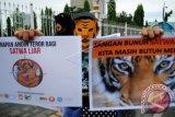 Aktivis lingkungan menggelar aksi ketika menyerukan penyelamatan satwa liar dari upaya pemburuan menggunakan senapan angin di Pekanbaru, Riau, Rabu (14/9). Mereka menuntut kepolisian menindak tegas penyalahgunaan senapan angin yang digunakan untuk berburu satwa liar. Aksi yang digelar 11 lembaga perlindungan satwa liar itu serentak dilakukan di sepuluh kota di Indonesia. ANTARA FOTO/Rony Muharrman/wdy/16