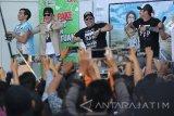 Para pemain film Warkop DKI Reborn: Jangkrik Boss!, Abimana Aryasatya (kiri), Vino G Bastian (kedua kiri), Indro (kedua kanan) dan Tora Sudiro (kanan) menghibur pengunjung dengan chiken dance usai jumpa pers di Surabaya, Kamis (15/9). Meski baru beberapa hari tayang, film bergenre komedi garapan sutradara Anggy Umbara tersebut berhasil disaksikan oleh lebih dari 3 juta penonton. Antara Jatim/Moch Asim/zk/16