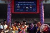 Wakil Wali Kota Pangkalpinang M Sopian berfoto bersama Forum Komunikasi Pimpinan Daerah (Forkopimda) dan peserta lomba fashion show produk daur ulang sampah,  Sabtu (17/9/2016).  (Foto Antara/Mahendra).