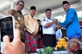 Wakil Wali Kota Pangkalpinang M Sopian memberikan potongan tumpeng kepada Wakil Gubernur Kepulauan Bangka Belitung Hidayat Arsani saat pembukaan acara nganggung akbar Kota Pangkalpinang, Senin (19/9/2016), (Foto Antara/Mahendra)