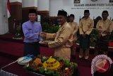 Wakil Wali Kota Pangkalpinang M Sopian memberikan tumpeng kepada Sekda Provinsi Kepulauan Bangka Belitung Yan Megawandi saat sidang paripurna istimewa DPRD Kota Pangkalpinang dalam rangka memperingati hari jadi ke-259 Kota Pangkalpinang, Sabtu (17/9/2016). (Foto Antara/Mahendra).