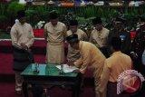 Wakil Wali Kota Pangkalpinang M Sopian bersama Forum Komunikasi Pimpinan Daerah (Forkopimda) dan Pimpinan DPRD menandatangani nota kesepakatan Pangkalpinang menuju kota layak anak,  Sabtu (17/9/2016).  (Foto Antara/Mahendra).