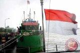 Kapal pencuri ikan berbendera Malaysia, KM SF 1-2929 hasil tangkapan TNI AL bersandar di dermaga Mako Lantamal XII Pontianak, Selasa (20/9). Pos TNI Angkatan Laut (Posal) Temajuk yang berada di bawah naungan Lantamal XII Pontianak berhasil menangkap KM SF 1-2929 jenis kapal ikan berbendera Malaysia saat tengah menarik jaring trawl berisi muatan sekitar 750 Kilogram ikan di Perairan Tanjung Datu, Temajuk pada Minggu (18/9). ANTARA FOTO/Jessica Helena Wuysang/16