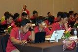 Peserta hacker mengikuti final kompetisi hacker internasional di Legian, Bali, Selasa (27/9). Kompetisi selama dua hari yang diikuti oleh 20 tim tersebut untuk mencari tim pengamanan teknologi informasi terbaik sekaligus dapat mewakili Indonesia di Seagames Hacker. ANTARA FOTO/Wira Suryantala/wdy/16.