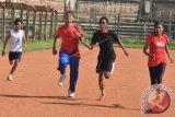 Atlet Atletik Bali yang akan mengikuti Pekan Paralimpiade Nasional (Peparnas) XV, Wahyu Eka (kiri), Syarif Yasa (kedua kiri), Putu Sukantara (kedua kanan) dan Made Ariyanti beradu kecepatan saat mengikuti latihan di Stadion Ngurah Rai, Kota Denpasar Bali, Selasa (11/10). Tim Atletik Bali menargetkan meraih 10 medali emas dalam perhelatan Peparnas XV di Jawa Barat pada 15-24 Oktober 2016. ANTARA FOTO/Fikri Yusuf/wdy/16