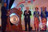 Asisten Potensi Dirgantara Kepala Staf Angkatan Udara Marsekal Muda Umar Umar Sugeng Haryono (kiri) memukul gong disaksikan Presiden The Federation Aeronautique Internationale (FAI) John Grubbstrom (kedua kiri) saat Pembukaan Sidang Umum ke-110 FAI di Nusa Dua, Bali, Kamis (13/10). Pertemuan tahunan yang digelar selama tujuh hari tersebut diikuti oleh 156 orang dari 70 negara dengan agenda utama pemilhan Presiden FAI yang baru dan pembahasan revisi peraturan lomba semua cabang olahraga udara. ANTARA FOTO/Wira Suryantala/wdy/16.