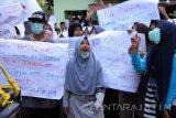 Ratusan alumni dan siswa berunjuk rasa di halaman MTS Assyafi'iah Gondang, Tulungagung, Jawa Timur, Selasa (18/10). Aksi itu digelar sebagai bentuk protes atas arogansi pimpinan sekolah dan yayasan, penyelenggaraan pendidikan yang tidak transparan, mahal, serta pengembalian pengelolaan lembaga di bawah naungan Yayasan Pendidikan Maarif Nahdlatul Ulama. Antara Jatim/Destyan Sujarwoko/zk/16