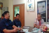 Ketua Tim Monev Kementerian Kominfo Republik Indonesia, Dikdik Sadaka bersama Tim Monev Perum LKBN Antara Pusat mengunjungi salah satu pelanggan Biro Perum LKBN Antara Kepulauan Bangka Belitung yaitu Surat Kabar Harian Bangka Pos di Pangkalpinang, Rabu (20/10).