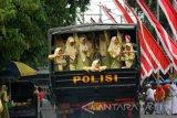 Sejumlah santri naik kendaraan truk di Kabupaten Bojonegoro, Jawa Timur, usai mengikuti upacara Hari Santri Nasional di daerah setempat, Sabtu (22/10). Bupati Bojonegoro Suyoto, dalam sambutannya, antara lain, mengimbau santri di daerahnya bisa tampil di berbagai bidang secara profesional dengan dilandasi spirit Agama. Antara Jatim/Foto/Slamet Agus Sudarmojo/zk/16.