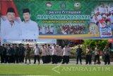 Sejumlah santri mengikuti apel Hari Santri Nasional di Alun-Alun Sidoarjo, Jawa Timur, Sabtu (22/10). Upacara tersebut dalam rangka memperingati Hari Santri Nasional yang diperingati setiap tanggal 22 Oktober. Antara Jatim/Umarul Faruq/zk/16