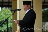 Bupati Sidoarjo H. Saiful Ilah memberi sambutan dalam upacara peringatan Hari Santri Nasional di Alun-Alun Sidoarjo, Jawa Timur, Sabtu (22/10). Upacara tersebut dalam rangka memperingati Hari Santri Nasional yang diperingati setiap tanggal 22 Oktober. Antara Jatim/Umarul Faruq/zk/16