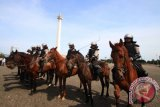 Pasukan berkuda Polri saat mengikuti apel pasukan pengamanan Pilkada 2017 di Monas, Jakarta. Sebanyak 4.000 pasukan gabungan TNI dan Polri melaksanakan apel pengamanan Pilkada serentak 2017. (ANTARA FOTO/Rivan Awal Lingga/Dok).